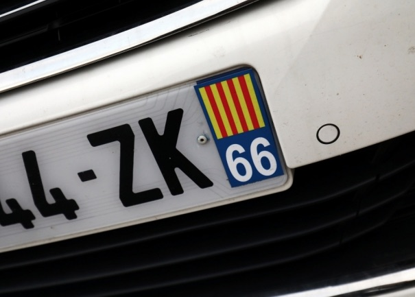 quand la police espagnole fait retirer l 39 autocollant catalan d 39 une plaque d 39 immatriculation. Black Bedroom Furniture Sets. Home Design Ideas